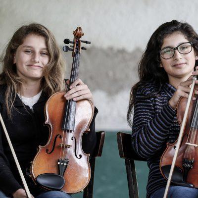 Nerea (links): Meine Bratsche lässt mich vieles meiner sonstigen Welt vergessen. Ich kann vollkommen abschalten und eintreten in eine Welt, die mir gefällt. Nadia (rechts): Wenn ich im Orchester spiele, spüre ich so viel Liebe, Musik ist für mich Liebe.